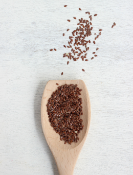 A wooden spoon of flax seeds